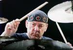 Le batteur du groupe de rock Rush, Neil Peart