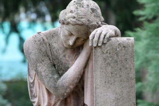 Pleureuse à l'entrée du cimetière central de Mulhouse.
