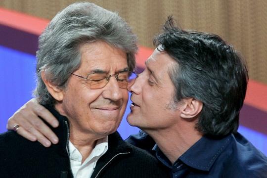 Antoine de Caunes embrasse Philippe Gildas, en 2004, sur le plateau du Grand journal. Photo Franck FIFE / AFP