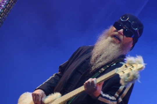 Dusty Hill en 2008                                                                                                                                               By Alberto Cabello from Vitoria Gasteiz - ZZ Top, CC BY 2.0, https://commons.wikimedia.org/w/index.php?curid=11824776