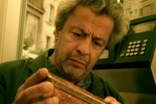 """Maurice Bénichou, l'homme """"à la boîte à souvenirs"""" dans Le Fabuleux Destin d'Amélie Poulain"""". Capture d'écran"""