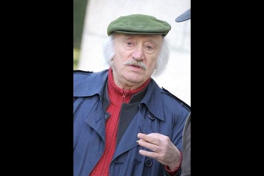 """Quelques années après la disparition de Teddy Vrignault, André Gaillard, célèbre aussi pour sa moustache et ses volumineuses rouflaquettes, a reformé un duo avec Colette Duval (""""Les Nouveaux ennemis""""), avant de rejoindre les Grosses Têtes de RTL. Photo d'archives AFP"""