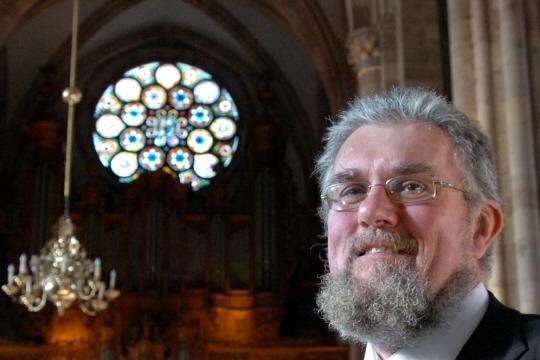 Daniel Kern en 2006, en l'église Saint-Thomas à Strasbourg dans lequel se trouve « l'un des joyaux de l'atelier Kern, l'un des témoignages alsaciens de son art. »  Photo DNA /Laurent Réa