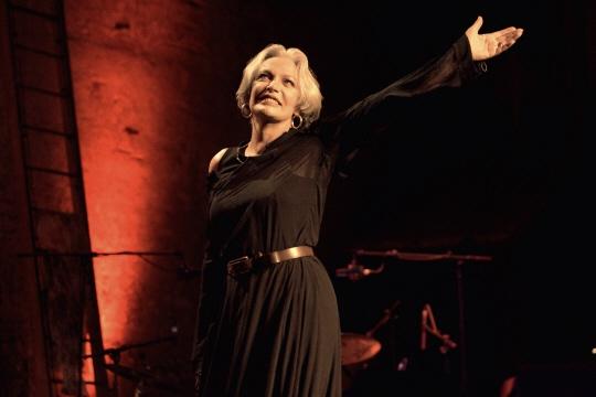 """Marie Laforêt sur la scène du théâtre des Bouffes parisiens en 2005, lors de son spectacle """"Marie chante Laforêt"""". Photo Joël ROBINE/AFP"""